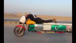 Un paquistaní haciendo stunt sobre una moto-limousina. Tu argumento es inválido